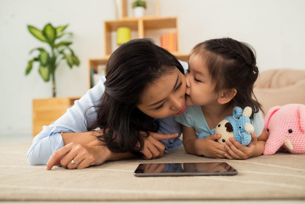 Madre e hija con la tablet