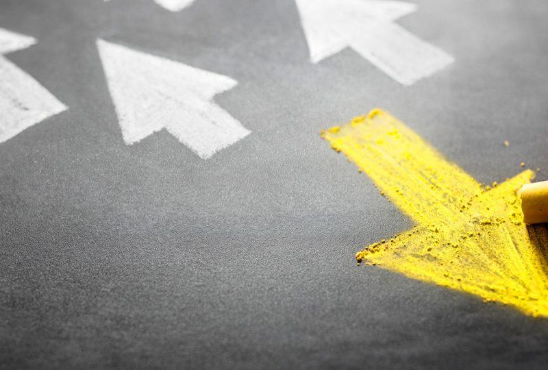 """La metodología Agile está de moda, pero también de actualidad. Cada vez más autónomos, pymes y grandes empresas dedican sus esfuerzos a seguir alguna de las pautas que promueve este tipo de filosofía del trabajo que, además de un trabajo más fluido, promete una mayor innovación. Podemos comparar innovación con un sorteo: a más boletos, más probabilidades de que toque. Por cómo funciona la metodología Agile, es más probable que proyectos viren antes hacia la innovación que siguiendo métodos tradicionales. ¿Buscas ser realmente innovador? Primero sé Agile. Las metodologías Agile en los procesos de innovación Piensa en tu último proyecto. La redacción de una campaña de marketing, el diseño de un puente, la selección de personal para una vacante, etc. Las técnicas tradicionales –en su momento hablamos del diagrama de Gantt cuando hablamos de llevar Agile a tu empresa– son rígidas aunque relativamente fiables a corto plazo. Pero a largo nos interesa innovar. En el mundo de la innovación buscamos flexibilidad e iteración, un concepto que fuera de la ingeniería resulta difícil de encontrar. Iterar, en este escenario, consiste en mejorar en cada """"vuelta"""" o revisión un trabajo concreto. • En el ejemplo de la redacción de marketing podemos establecer una primera aproximación al cliente. • Si diseñamos un puente, probablemente el primer modelo lo descartemos con mejoras de materiales o técnicas posteriores. • Si trabajamos en RRHH, haremos primero una primera ronda filtrando, por ejemplo, por los idiomas que saben los candidatos. En cada nuevo ciclo mejoramos un aspecto del proyecto. Ya sea el diseño de un producto o un proceso. Y en cada iteración tenemos más oportunidades para, primero, equivocarnos y, segundo, aprender e innovar. La metodología tradicional elimina posibilidades de innovar Pensemos en qué ocurriría si cualquiera de los proyectos los llevamos a cabo con la metodología tradicional. Aunque de manera interna testamos el proyecto de vez en cuando si percibimos fa"""