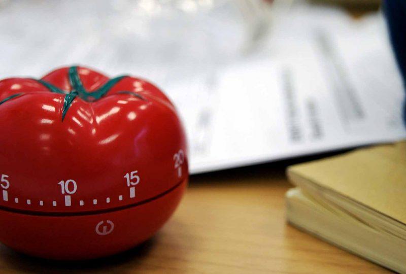 técnica pomodoro, un reloj de cocina con forma de tomate